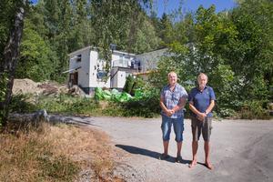 Anders Malm och Staffan Grossby var några av grannarna som i somras gladdes åt beskedet att bygglovet för flerfamiljshuset i Östertälje upphävdes. Nu är de oroliga för att beslutet i praktiken inte innebär någonting.
