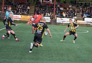 Sebastian Helgesson är omringad av tre FV-spelare,