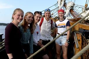 Några av alla 24 ungdomar som är ombord på Vega. Från vänster: Yttje Looise, Nederländerna, Isis Krouwels, Nederländerna, Antfen Maurruneh, Frankrike, Gustav Salskou, Danmark och Luka Dol, Nederländerna.