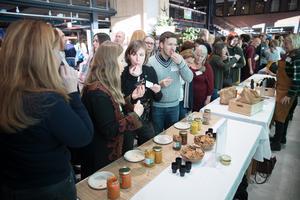 """Helena Nordlund och Hanna Klingborg smakade sig igenom finalisternas produkter. """"Matproduktion och -förädling kan vara både livsnödvändigt och attraktivt samtidigt"""" säger Helena Nordlund som är projektledare på Matlust."""