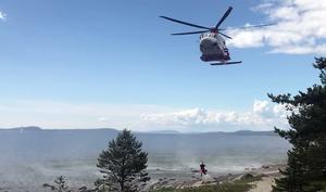 Räddningshelikopter är på plats vid olyckan.