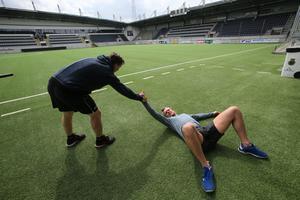 Magnus Nilsson måste hjälpa Hampus Eriksson upp efter det tuffa fyspasset.