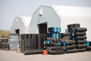 De skrymmande plastprodukterna på Tolago får inte plats i de  tältbyggnader som står på tomten.