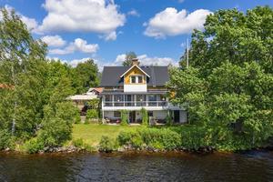 Villa med bra läge och älvtomt i Torsång. En dalaidyll med vackra vyer över blomstrande landskap. Foto: Christofer Cederberg/Länsförsäkringar Fastighetsförmedling.