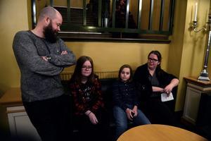 Familjen Johansson firade mamma Lindas 40-årsdag med middag och Ken Ring.