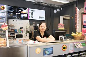 Hua Wu bakom disken i den nyöppnade butiken i Häverödal.
