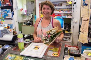 Monica Svensson är Årets Siljansnäsare. Hon föredrar att ta emot priset på jobbet, i kiosken, ett arbete som ligger bakom priset.
