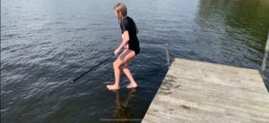 Walking on water - is Jesus alive? :)Lyckades tydligen knäppa av en bild alldeles perfekt i samband med bryggbad i Dalälven. Foto: Beijbom Tony