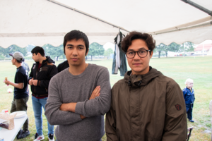 Till vänster: Aref Mohseni, till höger: Benjamin Noori. Aref och Benjamin från Afghanistan har hjälpt till med att planera årets sommarfest.