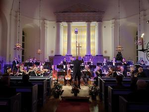 Joachim Gustafsson ledde Dalasinfoniettan i nyårskonserten i Säters kyrka. Foto Linda Hellstrand
