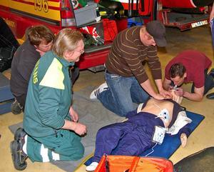 Landstingspersonal sjukvårdsutbildar kontinuerligt personal vid räddningstjänsten. Här är det personal vid Björbo räddningskår som övar.