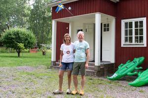 Ewa är inte lika förtjust i de nederländska träskorna som hennes make Dieric är. Han använder sina klompen som utetofflor till vardags.