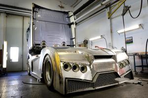 """Karossen byggs i en verkstad i Skänninge i Östergötland. """"Vi har byggt i racingstil, lite Lamborghini-stuk"""", säger Svempa."""