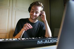 """""""Det vore roligt att få producera någon annans musik"""", säger Adam Reander."""