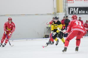 Alexander Sundström försökte gång på gång bryta igenom i mitten – lyckades fullt ut en gång.