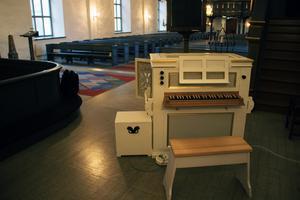 Liten och nätt är den bärbara orgeln. Ljudet är trots storleken imponerande.