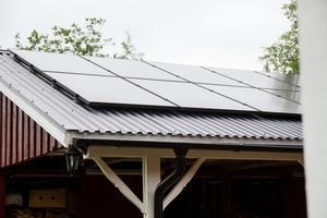 Genom solenergi laddas också parets elbil och elcykel.