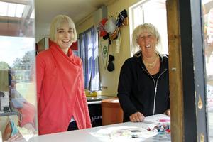 Livat i kioskluckan. Linda Nylén och Elisabeth Källberg höll ordning på Trimbingon i Valskog.