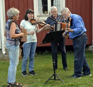 Spelemännen Gudrun Sjöblom, Catarina Andersson, Sören Björk och Bo Andersson står för musiken under föreställningen. Janken har skrivit musik och sånger till pjäsen.