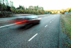 En ung man från Stockholm körde i 200 kilometer i timmen på riksväg 70 i Rättviks kommun. Dessutom gjorde han en omkörning på höger sida om ett annat fordon. Nu däms mannen för vårdslöshet i trafik. OBS: Bilden är tagen i ett annat sammanhang.