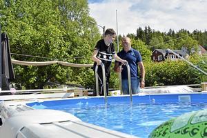 Danne Engström och Fredrik Hallstensson vid nya poolen.