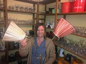 Gamla golvlampor i mässing med nytillverkade lampskärmar brukar inte bli gamla i butiken, säger Anna Ågerfalk på Kavalkad. Den här kostar ca 2 000 kronor.