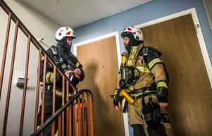 Under lördagseftermiddagen ryckte räddningstjänsten ut till ett flerfamiljshus  på Råby där någon hade eldat folie i trapphuset.