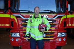 Styrkeledare Johan Wahrén började som brandman inom Räddningstjänsten Dala-Mitt år 2000. Från 2008 fram till april i år var han deras huvudskyddsombud.