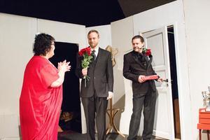 Sex amatörskådespelare medverkade i Omaka par. De hade givetvis hoppats på bättre publikuppslutning.