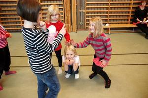 SAMARBETE. Tyra Olsson säger till Maja Boustedt, Ellen Nymark och Nova Backman att de ska föreställa en kanin. Övningen går ut på att man ska hjälpas åt att likna djuret.