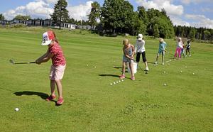 Övar flitigt. Att lära sig spela golf är roligt, men kräver en del övning. Närmast kameran tränar Gabriella Alm.