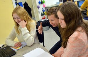 Vilma Rutfors, Julia Wikström och de andra eleverna i Jimmie Nordbergs mentorsklass har skrivit egna böcker.