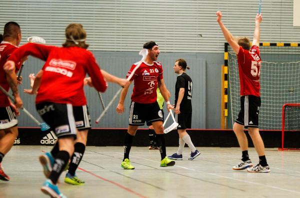 Samuel Jansson är ungefär en sekund från att översköljas av jublande lagkamrater, efter att han avgjort dramat i playoff mot Sala Silverstaden.
