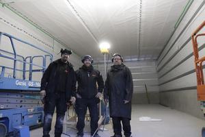 Brandstationen blir 16 meter lång och åtta meter bred berättar Peter Nilsson, Carl Skanebo från Grängen och Lars Gustafsson. Så här kommer den nya brandbilen ledigt att få plats.