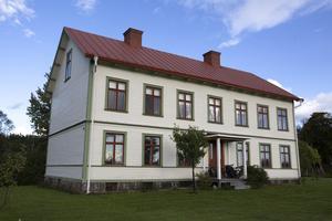 Huset är ommålat i originalfärg med gröna foder och engelskt röda spröjsar.