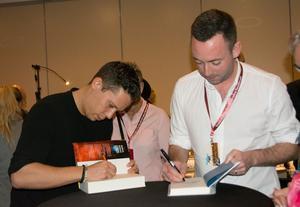 Författare in action: Pascal Engman och Ragnar Jonasson i färd med att signera böcker åt sina fans.