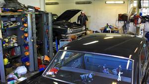 Det råder organiserat kaos i garaget.