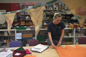 Marie Andersson jobbar med att tillverka vimplar till Åre höstmarknad.