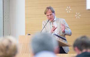 """""""Alla vet att vi behöver lägg mycket tid och kraft på äldreomsorg i allmänhet och hemtjänst i synnerhet"""" säger Mats Siljebrand (KD) vars motion om en larmgrupp blev ett försök – som nu läggs ner."""