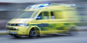 En man i 50-årsåldern fördes med ambulans till sjukhus efter en krock som inträffade mellan en bilist och en mc-förare under lördagen. Foto: Stina Stjernkvist