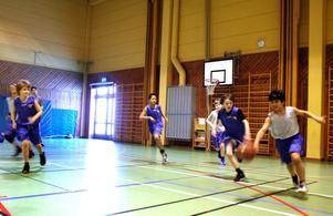 Det var full fart på Kumlaby skola när det arrangerades basketturnering för tolv lag. Här är det Isak Eklöf i KFUM Almby som har bollen. Bild: JAN WIJK