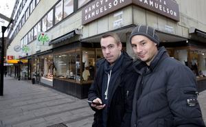 """Inte oroliga. Niklas Morin från Tillberga och Ronnie Ström från Klockartorpet är inte negativa till övervakning. Men de kände varken till mobilövervakningen eller sabotageplanerna mot den. """"Men jag har ändå ingen wifi påslagen"""", säger Niklas. Foto: Per G Norén"""