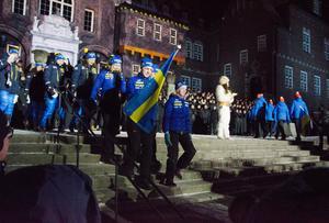 Ett 30-tal nationer deltar i skidskytte-VM. Störst jubel under inmarschen fick förstås de svenska deltagarna.