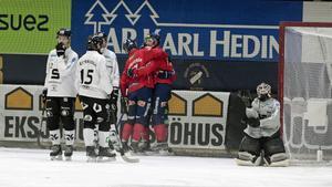 Jubel efter Tuomas Määttäs 1–0, ett mål som satte tonen för tisdagens seriefinal mellan Edsbyn och Sandviken.