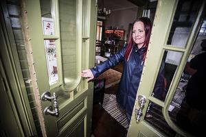 Kjerstin visar den fina entrén och de snirkliga dörrhandtagen.