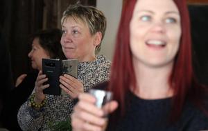 Vissa invigningsgäster passade på att föreviga ögonblicket med sin mobiltelefon.