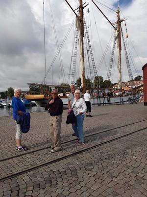I Hjo vandrade gruppen omkring och tittade på den gamla träbebyggelsen samt besökte hamnen. Foto: Läsarbild