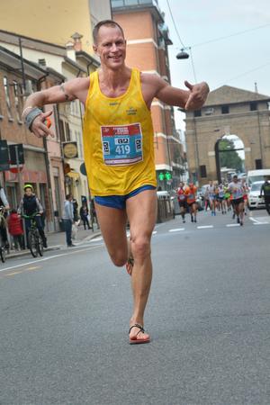 Så här såg det ut när Fredrik nyligen sprang maraton i italienska Ravenna i sina egenhändigt konstruerade flipflopsandaler, ser mer info om dem längre ner i texten. Fotograf: Fotoravenna