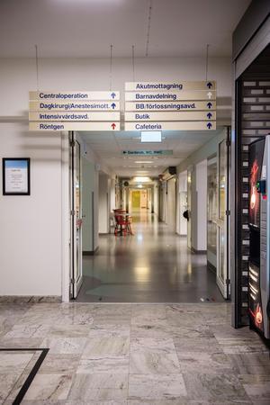 De ekar ödsligt i korridoren i centrallhalen nattetid. Akutmottagningen är på andra sidan byggnaden.
