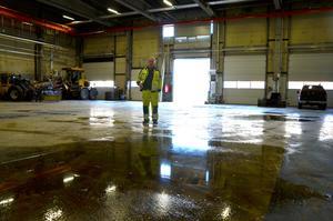 Det stora golvet i garaget saknar avrinning och fungerande brunnar.